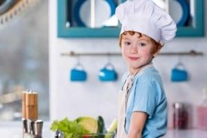 Ein Junge als kleiner Koch beim Spielen (depositphotos.com)