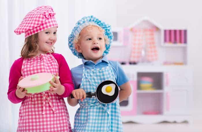 Kinderspielküche für Jungs und Mädchen gleichermaßen spaßig und lehrreich (depositphotos.com)