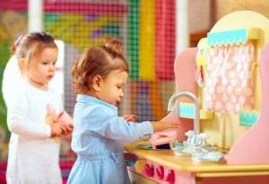 Kinder spielen Kochen in der Spielküche (depositphotos.com)