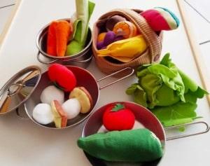 Gemüse in Töpfen für die Spielzeugküche