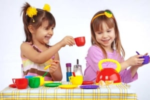 Spielen mit einem Kindergeschirr (depositphotos.com)