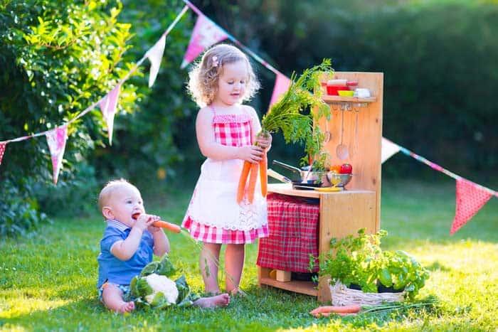 Spielen in der Matschküche im Garten (depositphotos.com)