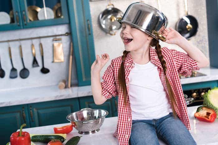 Kinder spielen gerne Kochen und Küche (depositphotos.com)