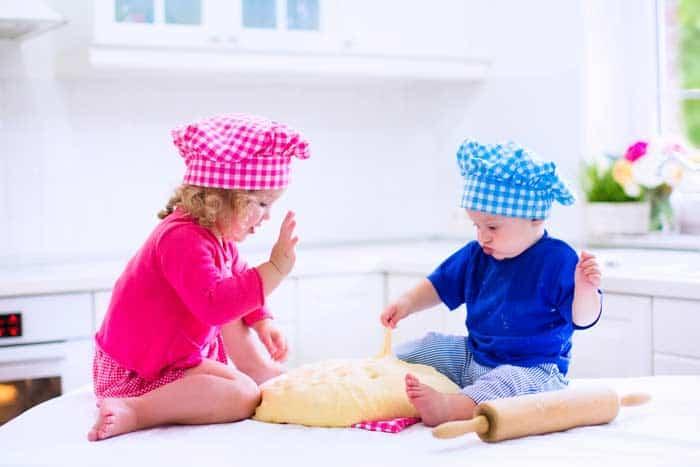 Junge und Mädchen backen (depositphotos.com)