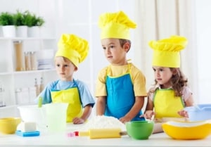 Kinder backen mit einem Kinder Backset (depositphotos.com)
