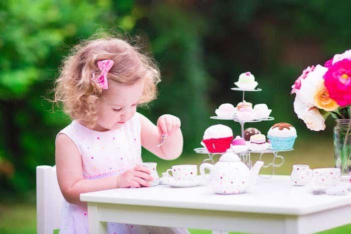 Spielzeug Service und Spielzeug Kuchen (depositphotos.com)
