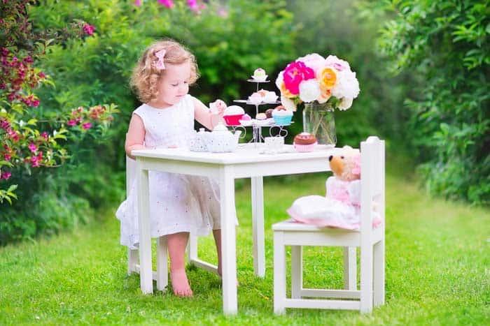 Kinder-Kuchen und Teeservice zum Spielen (depositphotos.com)