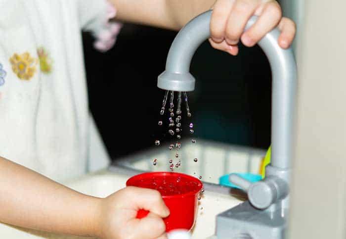 Kinderspülbecken mit Wasserhahn (depositphotos.com)