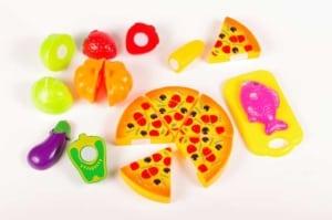 Pizza und Gemüse als Spielzeugessen (depositphotos.com)