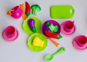 Puppengeschirr aus Plastik / Kunststoff (depositphotos.com)