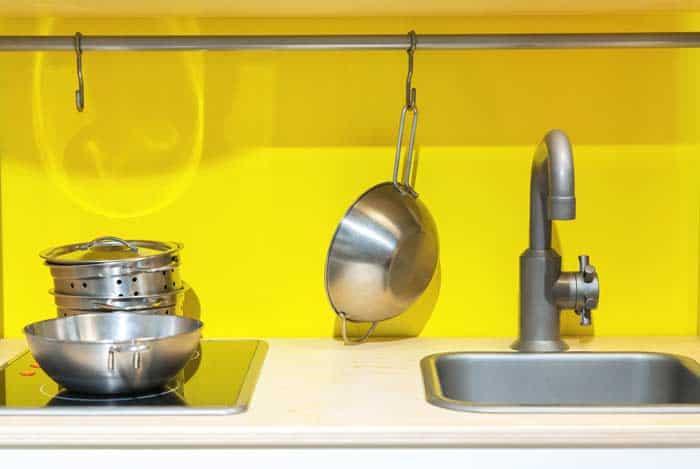 Kochset und Spüle für die Kinderküche (depositphotos.com)