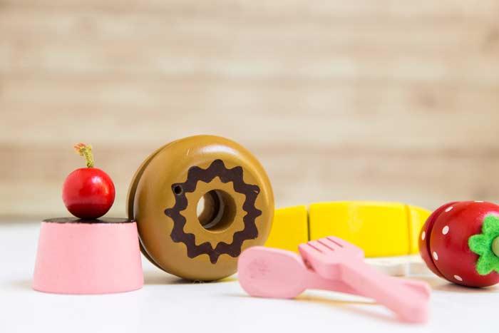 Lebensmittel und Besteck aus Holz für die Spielküche (depositphotos.com)